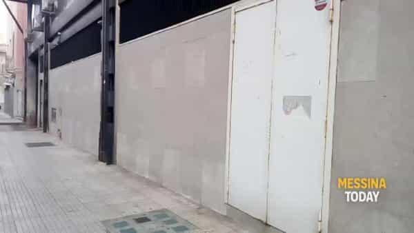 Tombino chiuso tra via dei Mille e via Santa Cecilia, l'uomo rischia l'intervento chirurgico | VIDEO