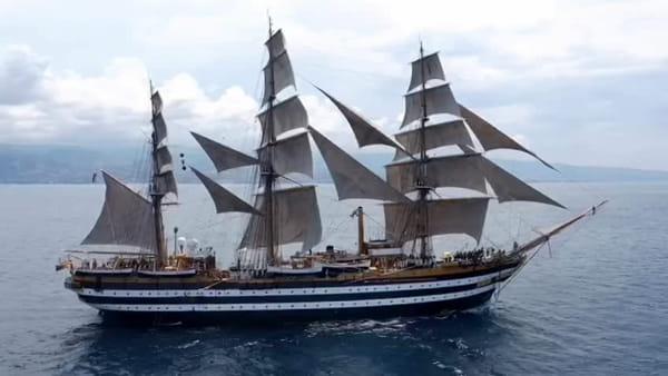 VIDEO E FOTO | La nave scuola Amerigo Vespucci in transito dallo Stretto di Messina