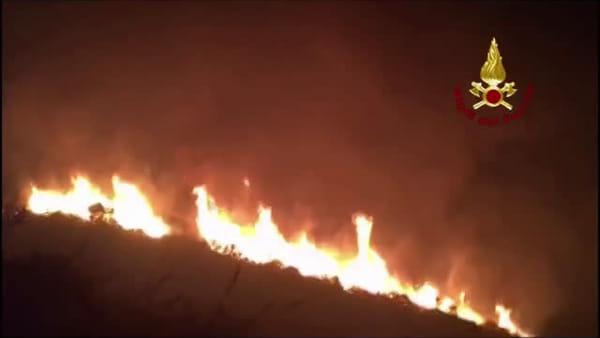 Notte di incendi, vanno in fumo i boschi da Curcuraci a Massa |  VIDEO
