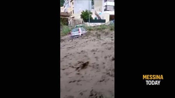 Paura a San Michele: auto investite dal torrente in piena | VIDEO