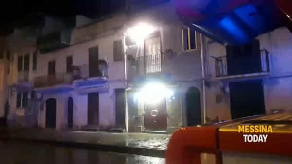 Scoppia un impianto elettrico, fuochi d'artificio dal balcone di una casa | VIDEO