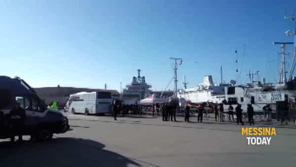 Migranti, al via le operazioni di sbarco dalla Alan Kurdi: controlli nella tendopoli della Croce Rossa