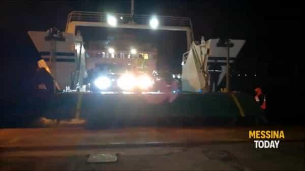 VIDEO | Controlli e denunce alla rada San Francesco: i momenti di tensione dopo l'arrivo del traghetto