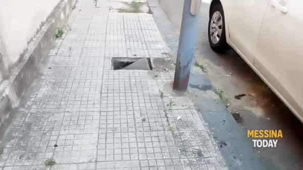Tombino aperto in via Reggio Calabria, un pericolo per i pedoni | VIDEO