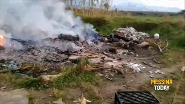 Torrente Mela, brucia ancora la discarica più lunga d'Italia: la denuncia di Legambiente VIDEO