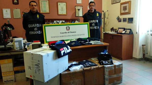 Vestiti Armani ma fasulli in un negozio del Centro a Barcellona, anche il commesso finisce nei guai