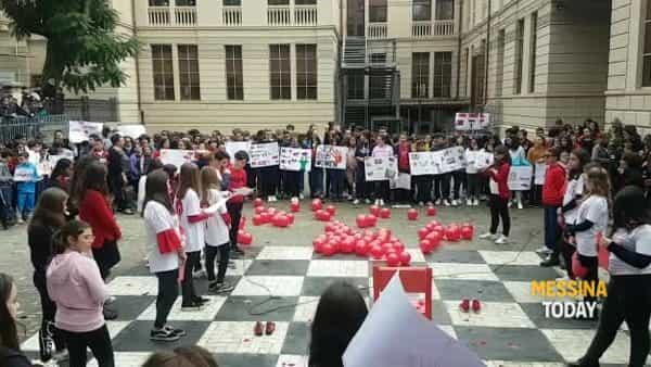 Violenza sulle donne, manifestazione alla scuola Pascoli-Crispi