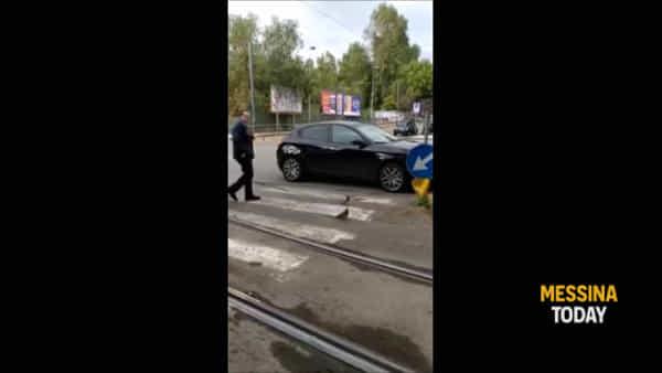 Auto lasciata sulle strisce, il video su Facebook che imbarazza sindaco e assessore | VIDEO