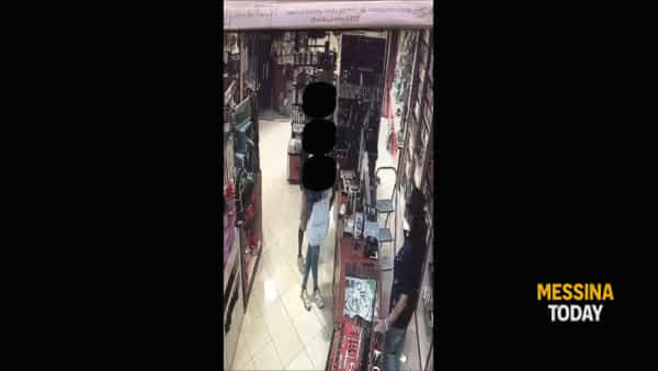 Ladri in azione, il video di un commerciante li incastra | VIDEO