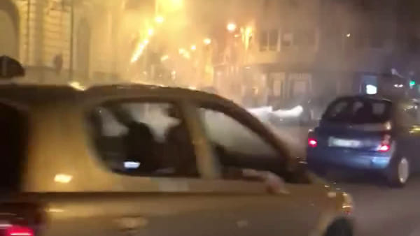 Follia in centro: giochi d'artificio tra auto e pedoni in transito