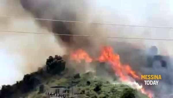 Incendi sulle colline di Camaro e a ridosso della tangenziale, le fiamme minacciano abitazioni | VIDEO