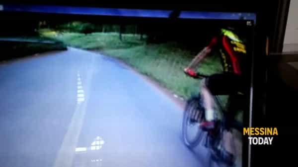 VIDEO Cinghiale taglia la strada a ciclisti sui Colli San Rizzo, che paura