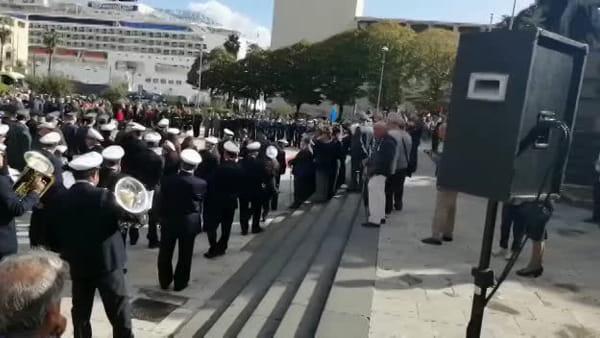 Il 4 novembre delle Forze Armate, Accorinti con Cambiamo Messina a esporre il simbolo della pace