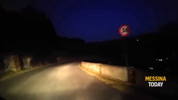 Continua a bruciare Catarratti, nell'area affidata ai volontari ora ci sono anche i vigili del fuoco | VIDEO