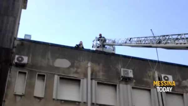Caserma Bevacqua, la Befana aiutata dai vigili del fuoco a lanciare caramelle | Video