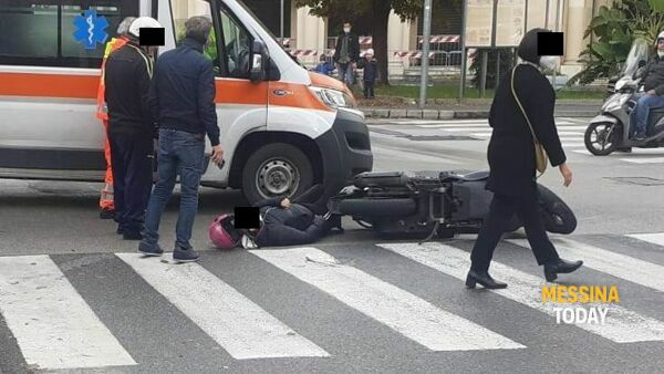 Incidente in piazza Antonello, auto contro scooter: ferita una donna