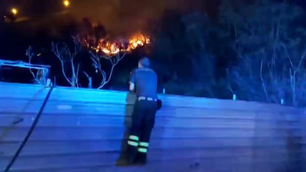 Vigilia di Ferragosto di fuoco, incendio vicino le abitazioni: a Bisconte la preoccupazione del M5Stelle