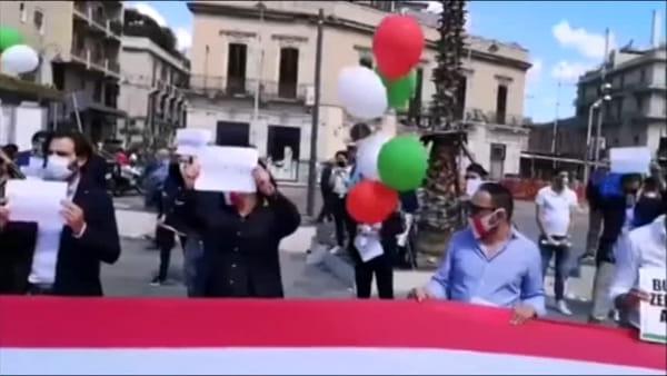 VIDEO I A Piazza Cairoli un 2 giugno di protesta: il flashmob del centrodestra contro il governo