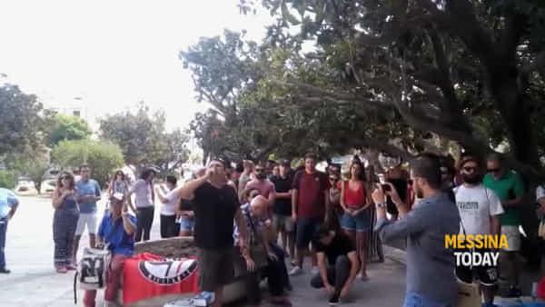 """""""Cateno non ci stiamo al tuo gioco al massacro"""": la Rete antirazzista urla alla finestra del sindaco"""