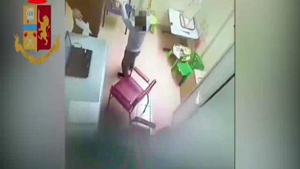 Schiaffi ai piccoli pazienti durante le sedute, logopedista incastrato dalle telecamere | VIDEO