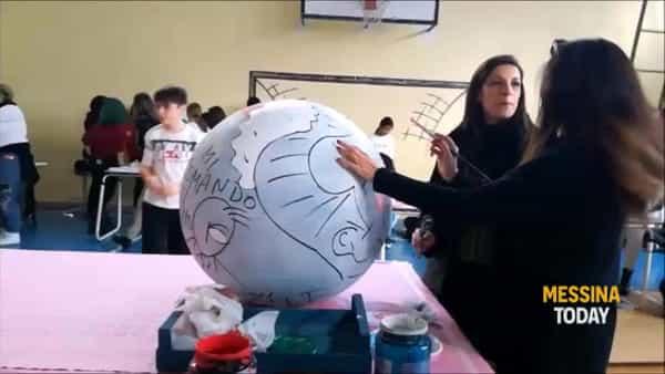 Ventisette sfere di Natale abbelliranno piazza Antonello: ecco il regalo degli studenti messinesi