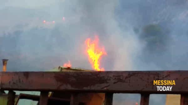 Incendio a contrada Marotta, le fiamme a poca distanza dalla Panoramica e dalle cave di sabbia