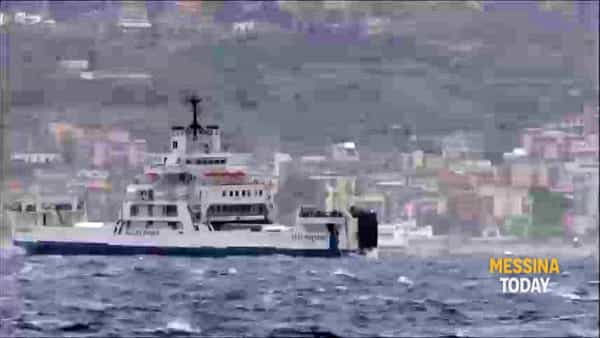 Lo spettacolo dei traghetti sullo Stretto durante la burrasca