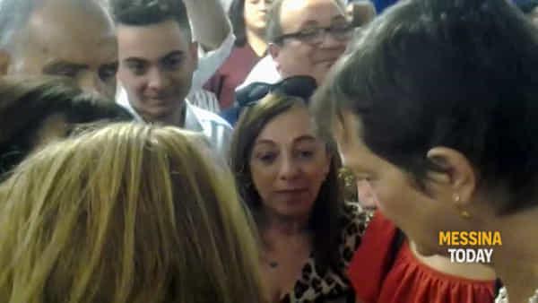 Maggie Green abbraccia i messinesi che hanno ricevuto gli organi del figlio, cerimonia al Policlinico