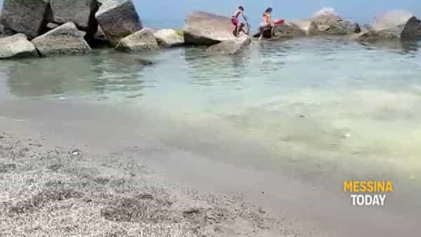 Mare sporco a Rodia e Santo Saba, scattano i prelievi dell'acqua per i controlli