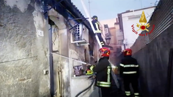 VIDEO | Lutto cittadino per le due donne vittime dell'incendio a Nizza, le operazioni dei vigili del fuoco