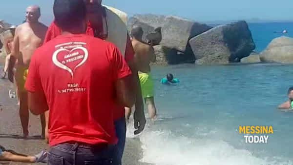 Non solo tuffi e tintarelle: la spiaggia di Rodia ospita anche un battesimo