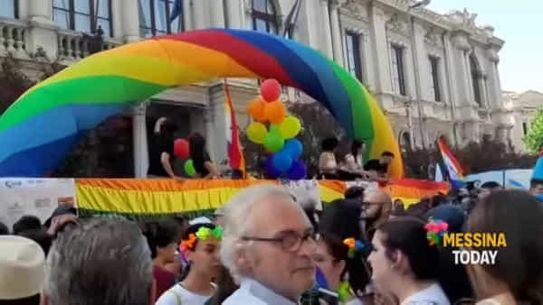 La sfilata del Pride, migliaia in strada tra entusiasmo e colori (in aggiornamento)   Video